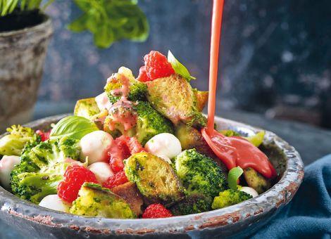 Lauwarmer Brokkoli-Brot-Salat