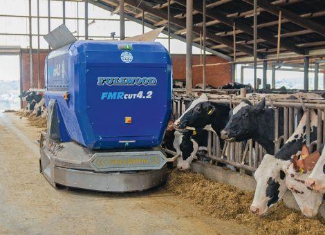 Autonomer Fütterungsroboter fährt ohne Schienen