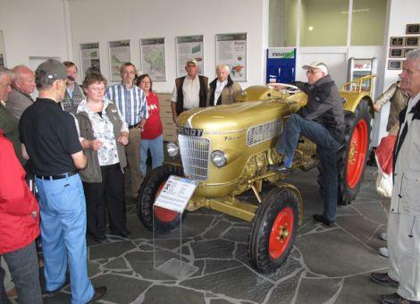 Beeindruckte LW-Leser im Fendt-Museum vor dem 100000-sten Fendt-Farmer, der vergoldet wurde.