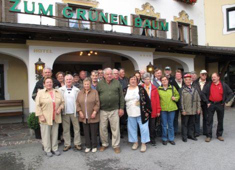 Die Reisegruppe vor ihrem Hotel in Ehrwald in Tirol.