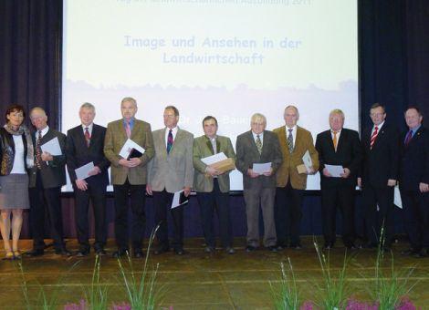 Landwirtschaftsministerin Lucia Puttrich (l.) und der Präsident des Hessischen Bauernverbandes, Friedhelm Schneider (r.) ehrten mit LLH-Direktor Andreas Sandhäger (2.v.r.) außerdem Ausbilder, die seit 25 Jahren im Prüfungsausschuss sind.
