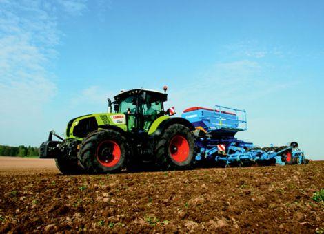 Vom 5 bis 8 September hat Firma Justus-Becker-Landmaschinen aus Weimar-Niederwalgern zu ihrer diesjährigen Feldabendsaison mit Claas-Traktoren und Lemken Bodenberarbeitungsgeräten geladen. An drei Standorten in Marburg-Moischt sowie am vergangenen Freitag in Reichelsheim in der Wetterau, als auch am Sonntag in Leun wurde den Landwirten ein großes Programm an technischen Neuheiten auf dem Acker vorgestellt. Die Vorführflächen waren ausgeschildert und Landwirte aus ganz Hessen informierten sich unter anderem speziell über die Traktoren der neuen Claas-Axion 800er-Baureihe. Vor Ort standen den Landwirten außer Werksvertreter des Traktor- und Erntemaschinenherstellers Claas sowie von Lemken ferner die Mitarbeiter des Fachbetriebs Justus-Becker für detaillierte Technikinfos zu den Baureihen zur Verfügung. Foto: Justus-Becker-Landmaschinen